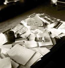 Einsteins_cluttered_desk