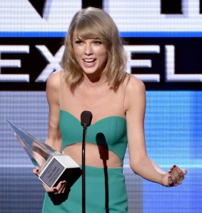 taylor-swift-accepts-dick-clark-award-at-amas-2014-02