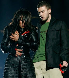 Singer Janet Jackson performs with singer Justin Timberlake during the halftime show at Super Bowl XXXVIII in Houston, Texas, in this February 1, 2004 file photo. Jackson's bare breast flash during the nationally televised game will cost the CBS television network a record $550,000 for violating indecency rules, U.S. communications regulators said September 22, 2004. As expected, the Federal Communications Commission said it has officially voted to fine the 20 stations owned by the CBS television network, a unit of conglomerate Viacom Inc., $27,500 each for airing the incident. REUTERS/Win McNamee SV - RTRXR8E
